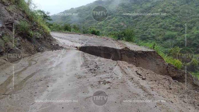 Otra vez Arteaga; fuertes lluvias destrozan carreteras